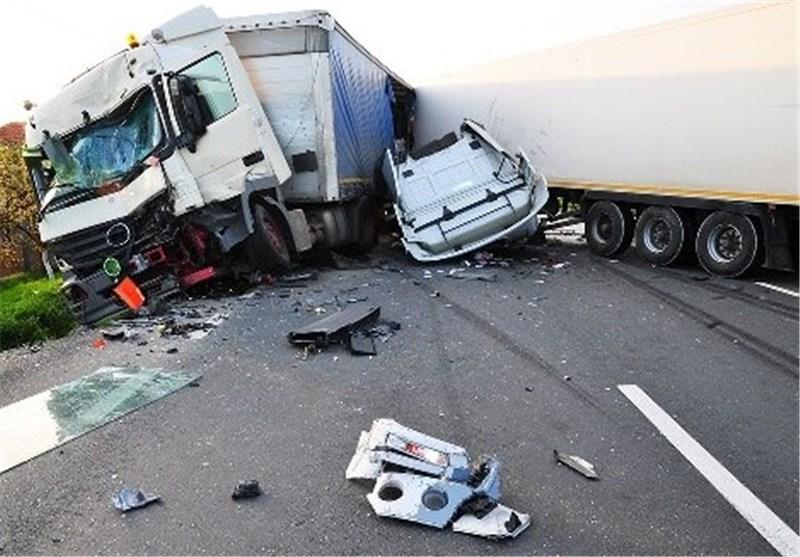 محور پلدختر- اندیمشک براثر تصادف دو کامیون مسدود شد