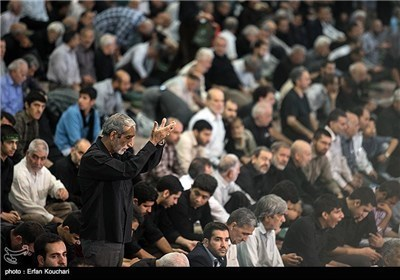 آیة الله موحدی کرمانی یقیم صلاة جمعة فی طهران