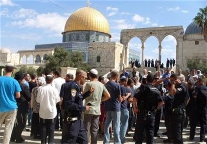 مستوطنون صهاینة یقتحمون الأقصى الشریف وشرطة الاحتلال تحتجز بطاقات المصلین