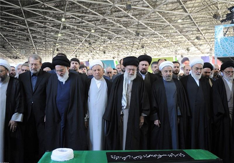 الامام الخامنئی یقیم الصلاة على جثمان الفقید آیة الله مهدوی کنی بجامعة طهران