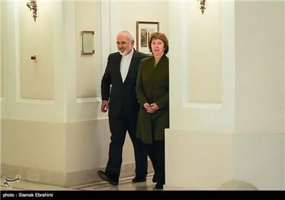 کاترین اشتون هماهنگ کننده گروه 1+5 و محمدجواد ظریف وزیر امور خارجه ایران هنگام ورود به محل دیدار سه جانبه با وزیر امور خارجه آمریکا - وین