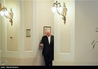 محمدجواد ظریف وزیر امور خارجه ایران هنگام ورود به محل دیدار سه جانبه با وزیر امور خارجه آمریکا و هماهنگ کننده گروه 1+5 - وین