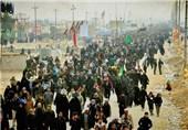 نصب تابلوهای متعدد از فرمایشات امام خامنهای درباره وحدت مسلمین در مسیر راهپیمایان اربعین