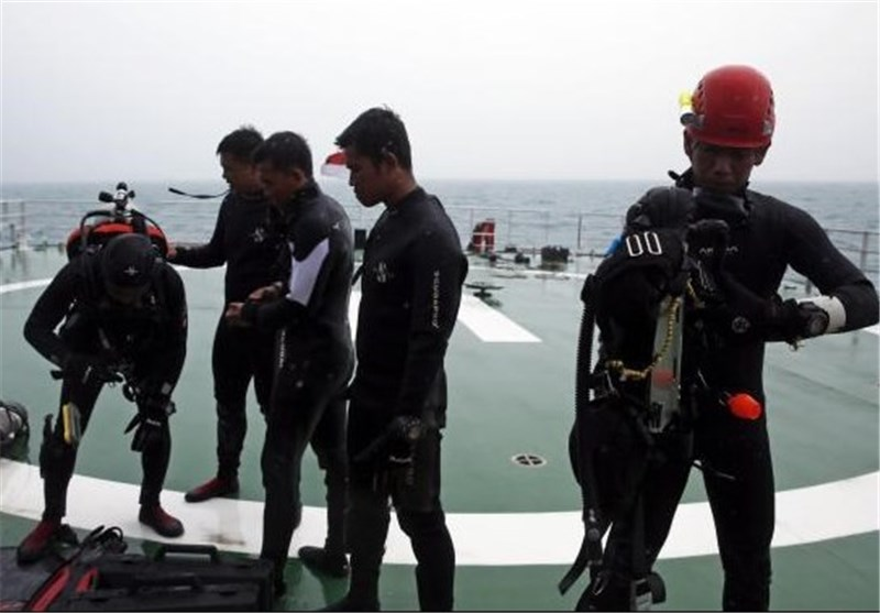 Teams of Indonesian Divers Resume Search for AirAsia Recorders, Victims