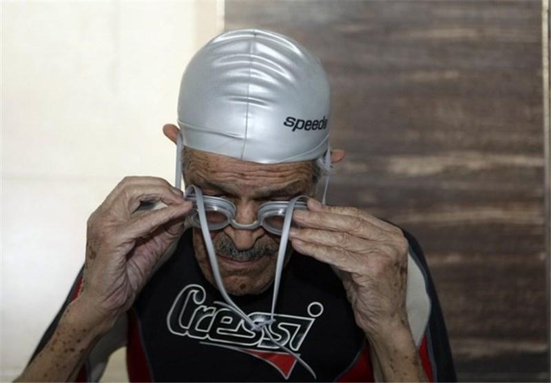 سباح ایرانی یبلغ من العمر 92 عاما یواصل ریاضة السباحة؟!