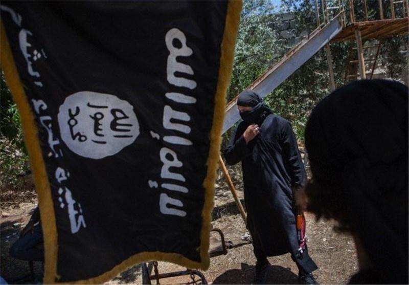 """داعش"" ینشر فیدیو لطفل یقوم بإعدام شخصین بتهمة التجسس لصالح روسیا+صورة"