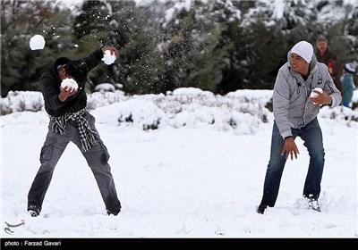 سقوط أول موجة من الثلوج فی محافظة کرمان