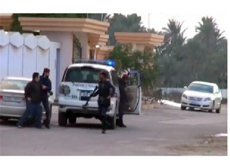 القوات الخلیفیة تخطف شابا من داخل سیارة والدته وتقوده الى المعتقل + فیدیو