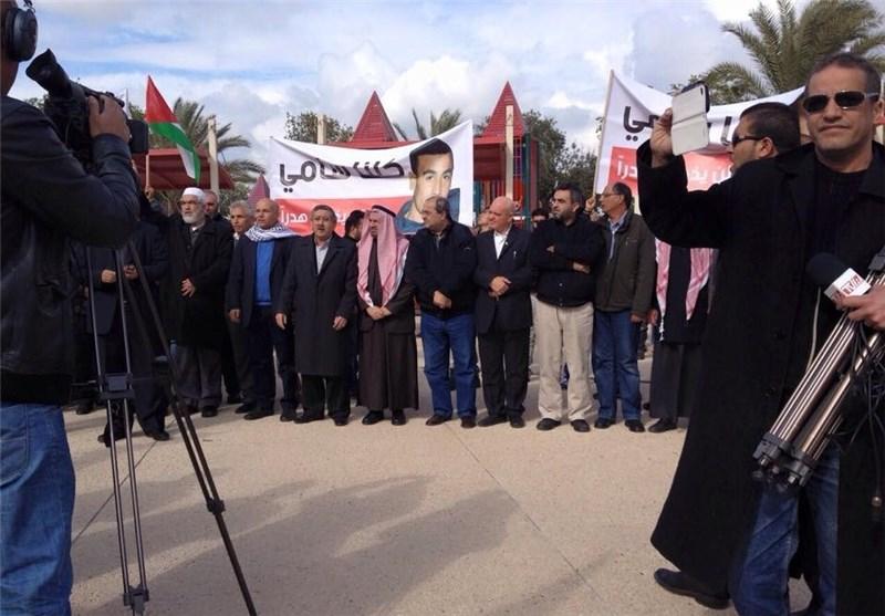 """الآلاف یتظاهرون بمدینة """"رهط"""" الفلسطینیة تندیدا بقتل الاحتلال فلسطینیَیْن"""
