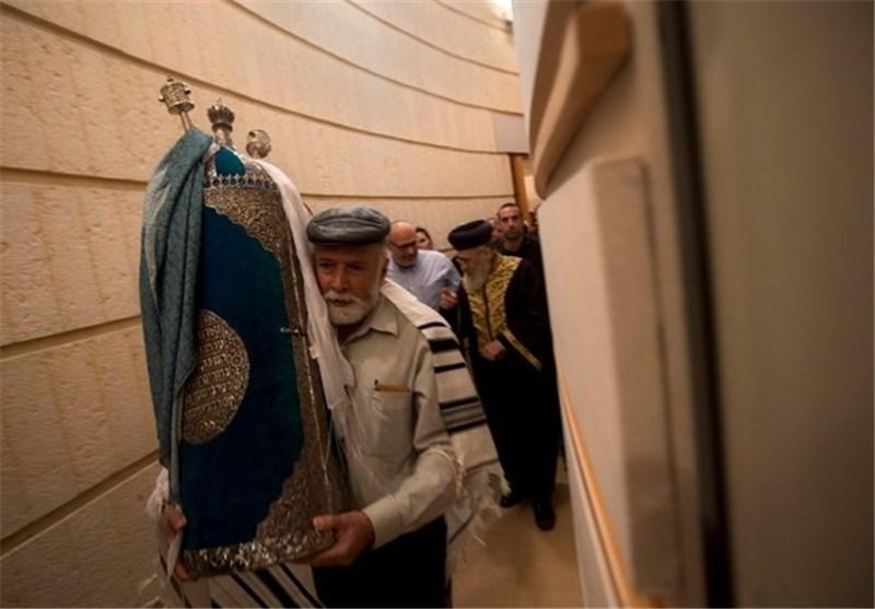 الکیان الصهیونی یحتفل بوصول مخطوطة التوراة العراقیة المسروقة الى «تل أبیب»+ صور