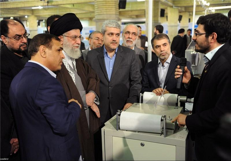 قائد الثورة الاسلامیة یتفقد معرض انجازات «تقنیة النانو»