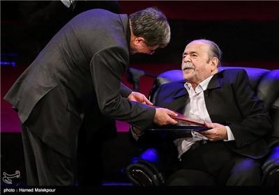 تقدیر از محمدعلی کشاورز توسط علی جنتی وزیر فرهنگ و ارشاد در مراسم افتتاحیه سی و سومین جشنواره بینالمللی فیلم فجر