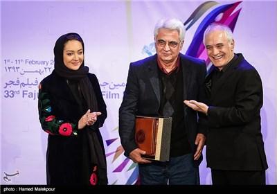 تقدیر از حسین جعفریان توسط محمود کلاری و نیکی کریمی در مراسم افتتاحیه سی و سومین جشنواره بینالمللی فیلم فجر