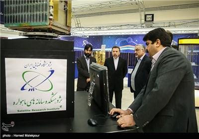 محمود واعظی وزیر ارتباطات و فناوری اطلاعات در نمایشگاه دستاوردهای فضایی