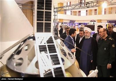 بازدید حجتالاسلام حسن روحانی رئیس جمهور از نمایشگاه دستاوردهای فضایی