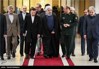 حجتالاسلام حسن روحانی رئیس جمهور هنگام ورود به نمایشگاه دستاوردهای فضایی