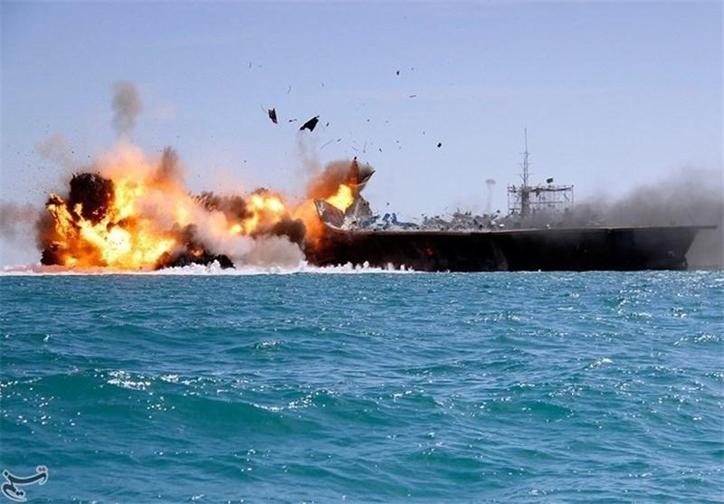 لحظه برخورد قایق بیسرنشین و انتحاری سپاه به مدل ناو آمریکایی + فیلم