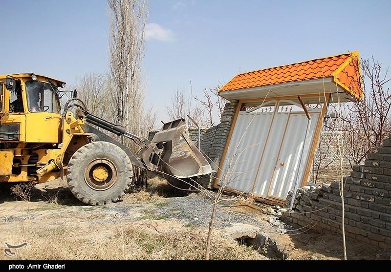 ادامه تخریب ساختمانهای غیرقانونی در زمین های کشاورزی - اراک