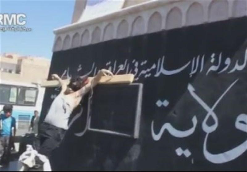 """""""داعش"""" تعدم شخصاً بتهمة القتل بدافع السرقة وتصلبه على خشبة بوسط إحدى الساحات + فیدیو"""
