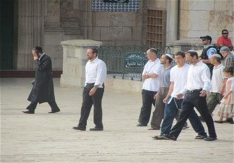 حالة توتر تسود المسجد الأقصى بعد تحرش المستوطنین بطالبات العلم