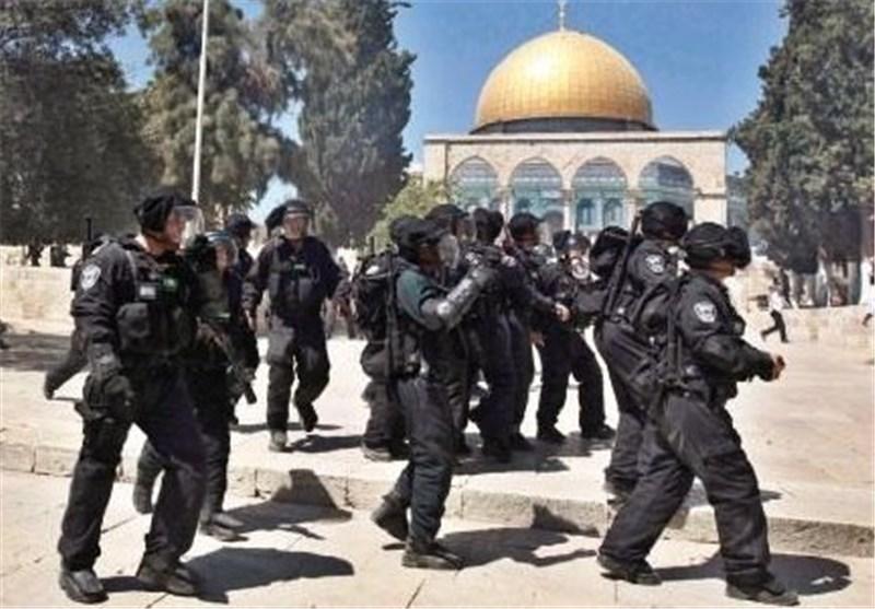 بالفیدیو .. جنود الاحتلال الصهیونی یضربون مسنّا فی محیط المسجد الأقصى