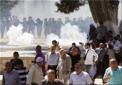 قوات الإحتلال الصهیونی تنتهک حرمة المسجد الأقصى وتهاجم المصلین بالقنابل