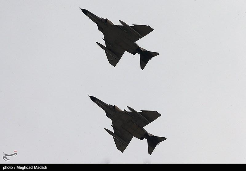 ایرانی فوج کے جنگی طیاروں کی خلیج فارس کے آسمان پر نمائشی پروازیں