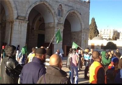 حشود فی المسجد الاقصى وخارجه للدفاع عنه
