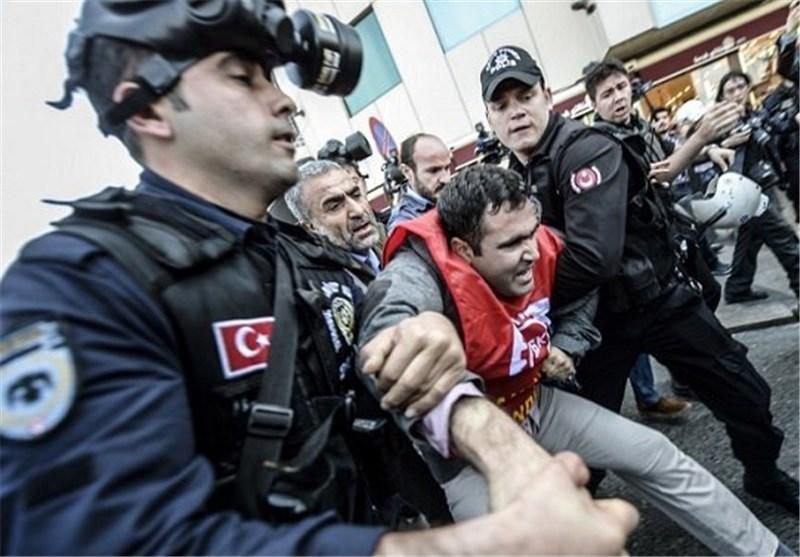 الشرطة الترکیة تقمع تظاهرة لممثلی النقابات العمالیة قرب میدان تقسیم فی اسطنبول