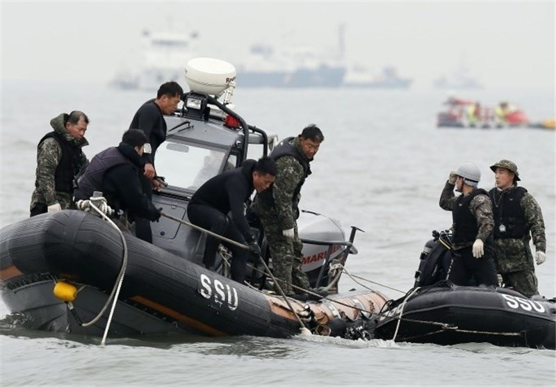 Divers Search Wreckage of AirAsia Jet's Tail for Black Boxes