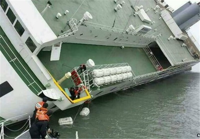 South Korean Divers Struggle to Open Blocked Ferry Cabins