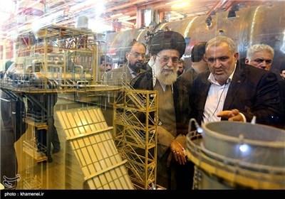 الامام الخامنئی یزور أحد المصانع الکبری ویتجاذب أطراف الحدیث مع العمال فیه