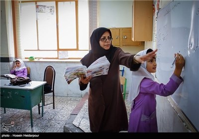 تکریم یوم المعلم فی مدارس ایران الاسلامیة