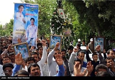 تشییع جثمان احد المدافعین عن حرم السیدة زینب علیها السلام بمدینة شیراز