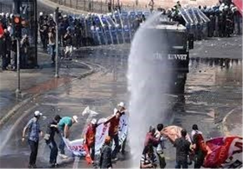 مواجهات بین الشرطة ومتظاهرین فی ساحة تقسیم باسطنبول