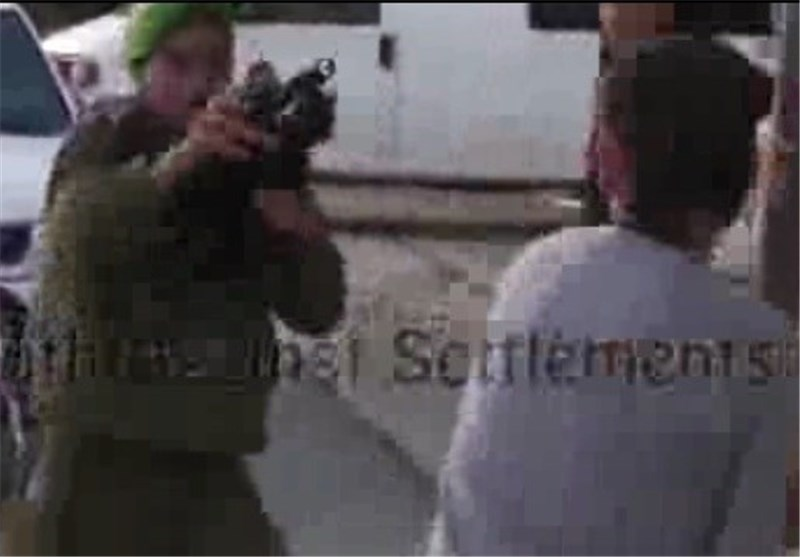 جندی صهیونی یصوب سلاحه على رؤوس مراهقین فلسطینیین + فیدیو