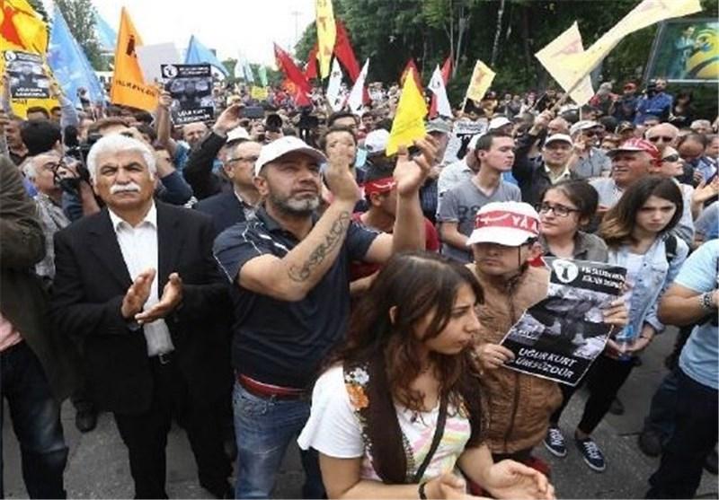 الاف الاتراک یتظاهرون بعد سقوط قتیلین خلال صدامات بمدینة اسطنبول