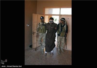 یک مرد از اعضای گروه تروریستی داعش که توسط نیروهای مبارز مردمی صلاح الدین ، دستگیر شده است