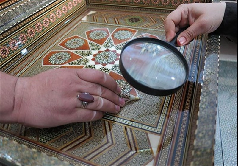 گزارش  رنگها و نقشهایی که لب به سخن میگشایند / هنرمندان صنایع دستی این روزها حال خوشی ندارند