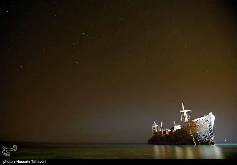 در یکی از روزهای گرم تابستان سال 1345، بومیان جزیره کیش ناگهان کشتی عظیمالجثهای را که در نزدیکی روستای باغو به گل نشسته بود، دیدند. هنوز پس از گذشت سالها دلیل به گل نشستن این کشتی تجاری در پس پردهای از ابهام است. اما گفته میشود به علت مه آلود بودن هوا و نیز نبودن فانوس دریایی در سواحل جزیره کیش این اتفاق روی داده است.