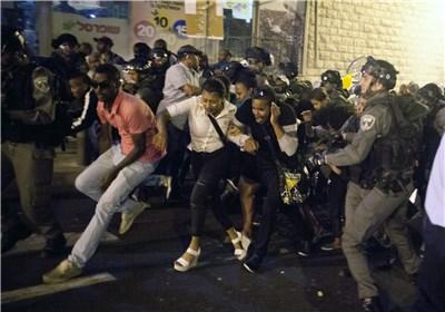 شرطة الکیان الصهیونی تواجه المتظاهرین الیهود الإثیوبیین بعنف وقساوة