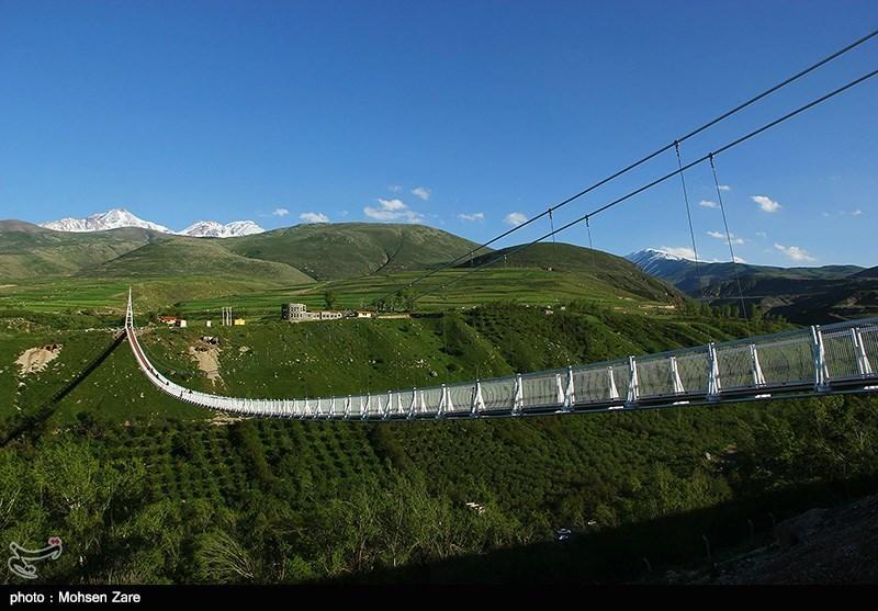 مهرجان التوائم یقام على أطول جسر معلق فی الشرق الاوسط بإیران