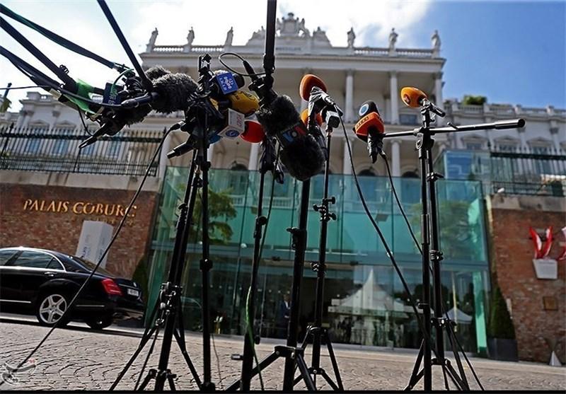 پوشش جالب یک خبرنگار در وین + عکس