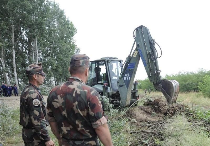 Hungary Starts Building Anti-Migrant Fence on Serbian Border