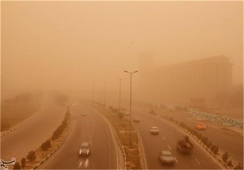 عاصفة ترابیة تضرب العاصمة طهران وضواحیها فی النهار وتشهد أمطارا غزیرة فی اللیل