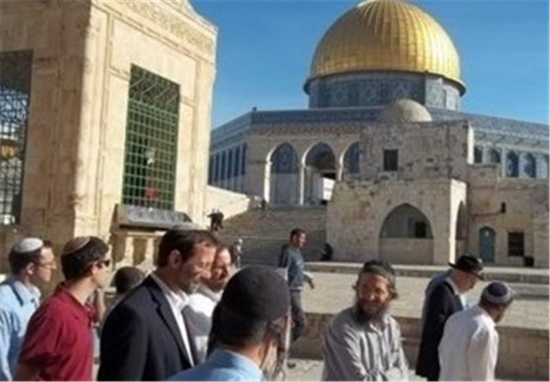 الصهاینة یواصلون اقتحام الاقصى واحدهم یؤدی طقوسا دینیة بداخله