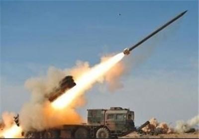 القوات الیمنیة تواصل قصف المواقع العسکریة السعودیة