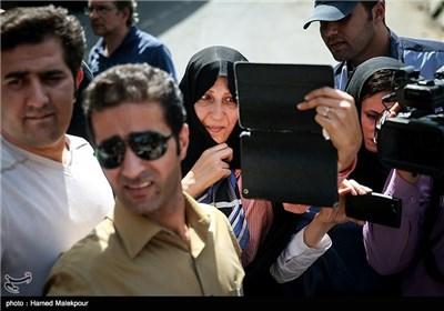 فاطمه هاشمی رفسنجانی با تبلت خود از برادرش مهدی قبل از ورود به زندان اوین فیلم می گیرد