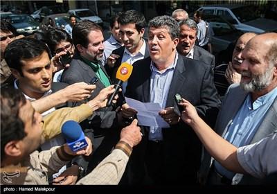 مهدی هاشمی رفسنجانی در جمع خبرنگاران قبل از ورود به زندان اوین