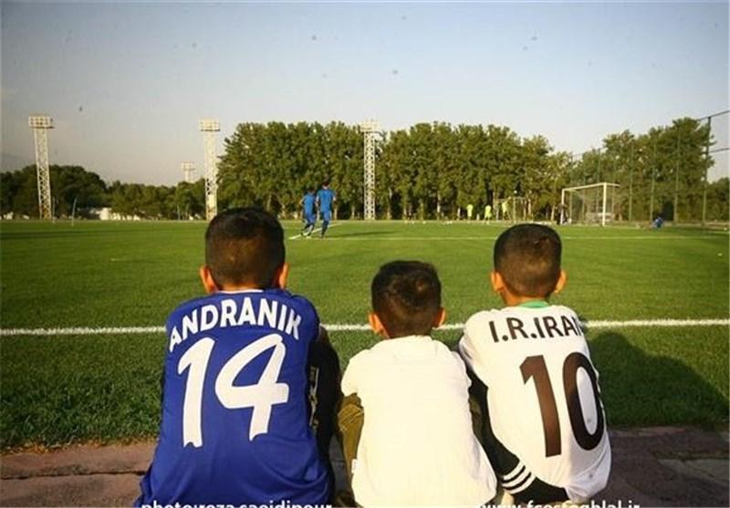 حضور مشاور افشارزاده و کنایه یک هوادار به بازیکنان با تعریف از نوازی